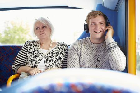 anti noise: Man passeggeri inquietanti sul bus viaggio con Loud Music