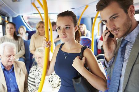 persona de pie: Los pasajeros de pie Concurrida Commuter Bus