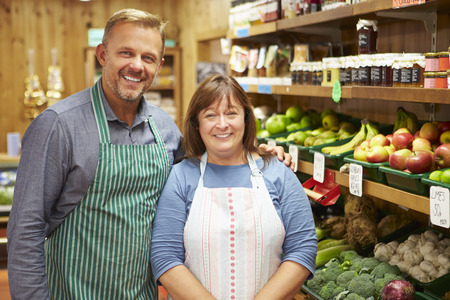 negocios comida: Asistente Dos Ventas En El Contador De Vegetales Farm Shop