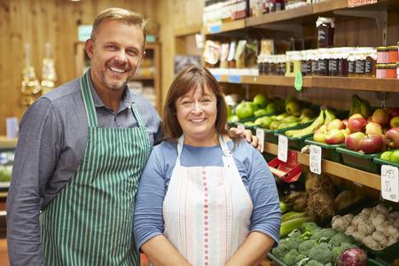stores: Twee Sales Assistant Op Plantaardige Teller Van Farm Shop