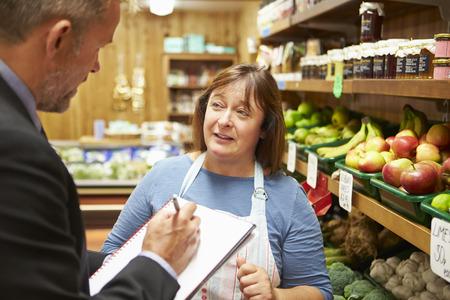negocios comida: Gestor de la reuni�n del Banco con la hembra due�o de Farm Shop