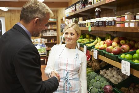 Bankdirektor Treffen mit weiblicher Inhaber Farm Shop Standard-Bild