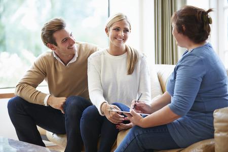 Counselor Adviseren Paar Op Relatieproblemen