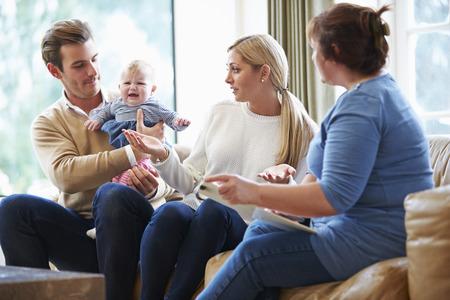 若い赤ん坊を持つ家族を訪問してソーシャル ワーカー
