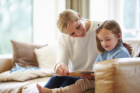 niños leyendo: Madre e hija Historia de la lectura en el país junto