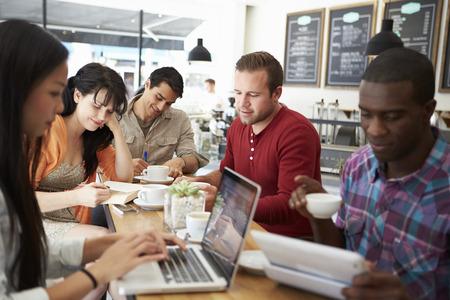 tecnología informatica: Clientes En Ocupado Coffee Shop