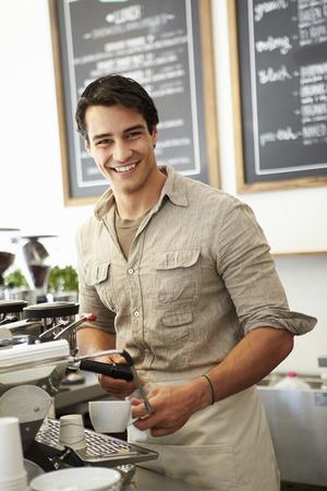 コーヒー ショップの男性の所有者