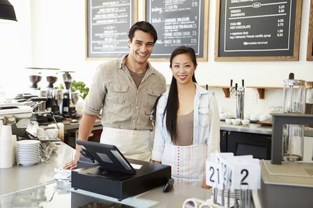 Mannelijk en vrouwelijk personeel in Coffee Shop