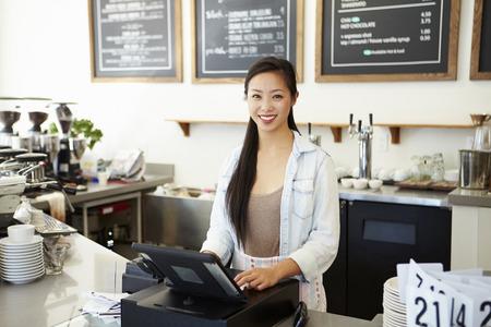 커피 숍의 여성 소유자