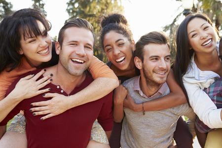Groep Vrienden die Pret hebben samen Outdoors Stockfoto - 31020806