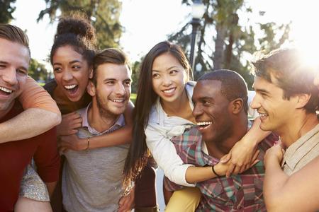 amie: Groupe d'amis s'amuser ensemble extérieur Banque d'images
