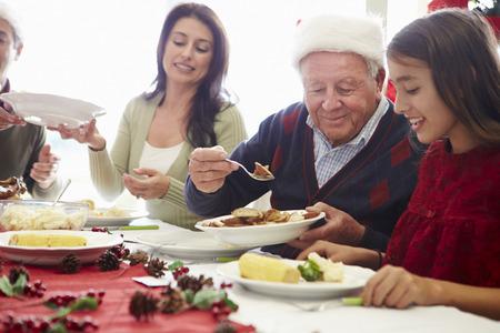 abuelos: Multi generacional disfruta de la comida de Navidad en casa