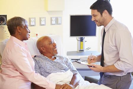 医師区で年配のカップルと話して 写真素材