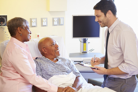 Dottore Talking To Senior Couple On Ward Archivio Fotografico - 31020868