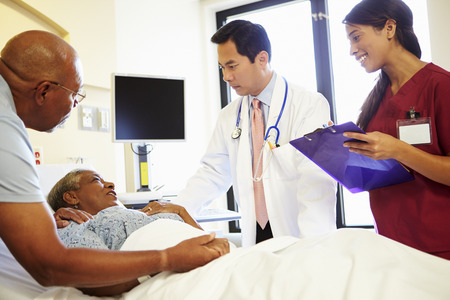 Réunion de l'équipe médicale En Couple senior Dans une chambre d'hôpital Banque d'images - 31020879