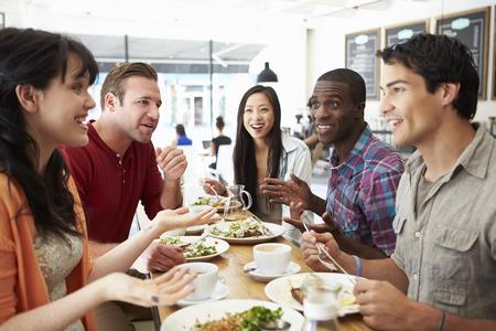 コーヒー ショップで昼食のための友人会議のグループ