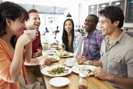 přátelé: Skupina přátel hromady na oběd Coffee Shop Reklamní fotografie