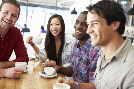 reunion de personas: Grupo de amigos Reuni�n En Coffee Shop