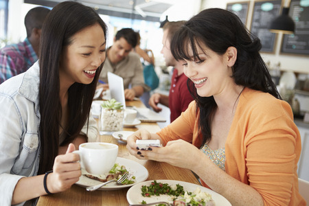 hot asian: Dos amigos femeninos Friends Meeting para almorzar en Coffee Shop