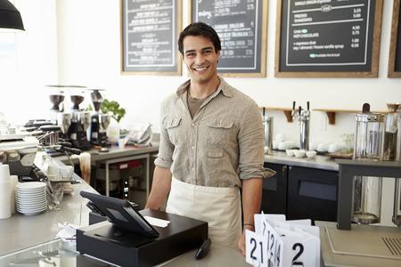 affari: Maschio proprietario di un Coffee Shop