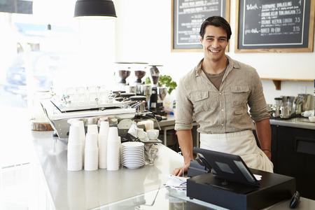 커피 숍의 남성 소유자