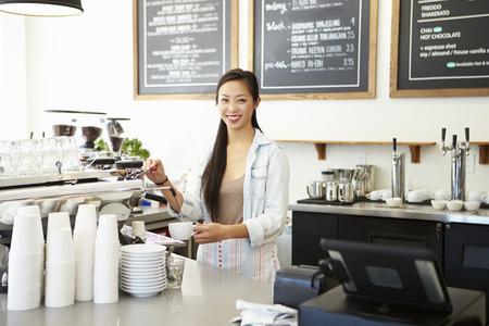 Vrouwelijke eigenaar van Coffee Shop Stockfoto - 31021182