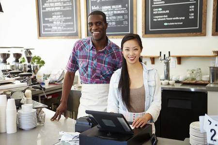 Männliche und weibliche Mitarbeiter in der Kaffeestube