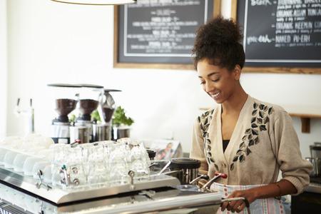 Vrouwelijke eigenaar van Coffee Shop