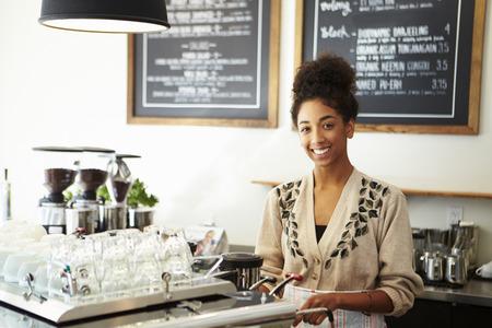コーヒー ショップで男性と女性のスタッフ