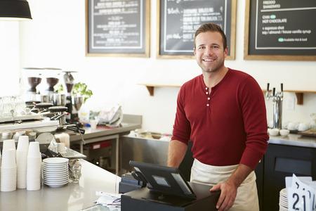 タッチ スクリーンを使用してコーヒー ショップでお支払いのお客様 写真素材