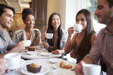 カフェ レストランで女性の友人会議のグループ