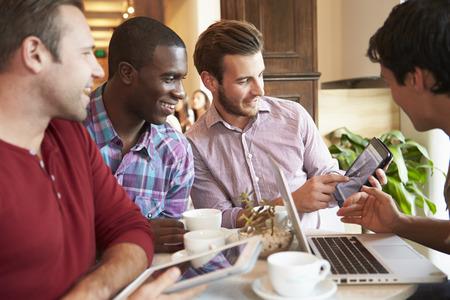 razas de personas: Grupo de Male Friends Meeting En Caf Restaurante Foto de archivo