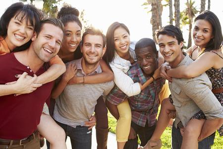 people together: Grupo de amigos que se divierten juntos al aire libre