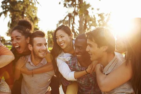 juntos: Grupo de amigos se divertindo juntos ao ar livre