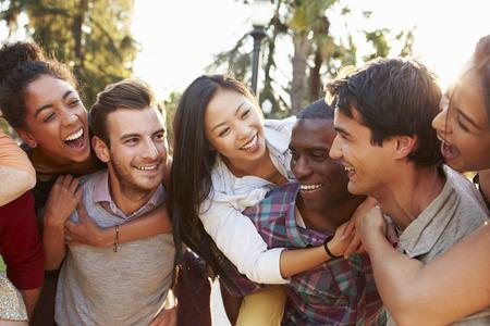 razas de personas: Grupo de amigos que se divierten junto Aire libre Foto de archivo