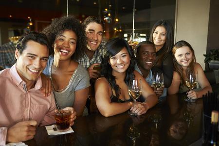 Groep vrienden genieten van drankje in de bar samen Stockfoto