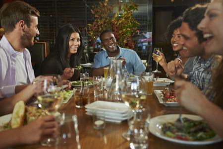 food woman: Groupe d'amis B�n�ficiant Repas Au restaurant