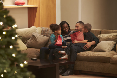 famille africaine: Famille Célébrer Noël à la maison vue de l'extérieur
