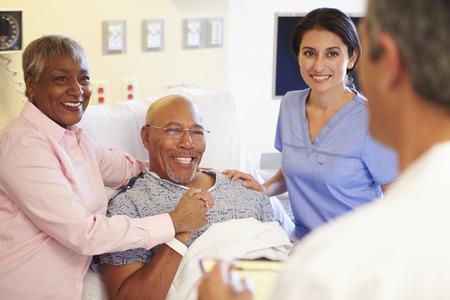 Medisch Team Meeting Met Senior Couple in het ziekenhuis Kamer