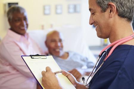 クローズ アップ患者メモを更新男性の看護師