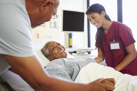 enfermera: Cuide hablar con los pares mayores habitación en el hospital Foto de archivo