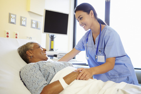 dos personas platicando: Cuide hablar con la mujer mayor en hospital de habitaciones