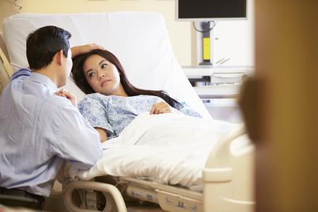 Manžel návštěvě manželku v nemocnici