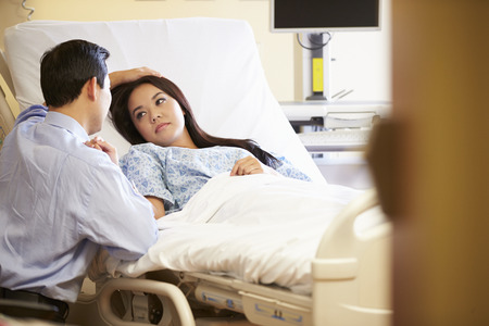 echtgenoot: Man Visiting Vrouw in het Ziekenhuis Stockfoto