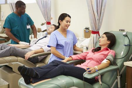 Los donantes de sangre con una pequeña donación en el hospital Foto de archivo - 31021540