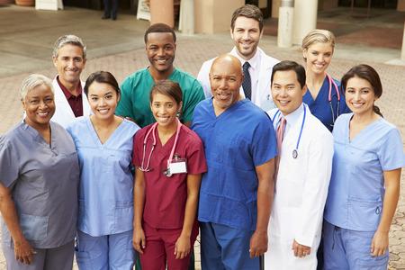 Outdoor Portrait Of Medical Team Banque d'images