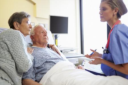 personas enfermas: Cuide hablar con los pares mayores habitaci�n en el hospital Foto de archivo