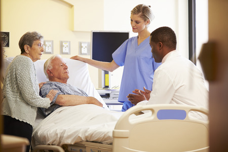 doctores: Reunión del Equipo Médico Con Pareja mayor habitación en el hospital
