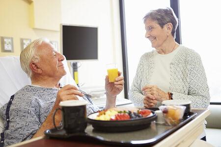 pareja comiendo: Pareja mayor habitaci�n en el hospital Como Paciente var�n tiene Almuerzo