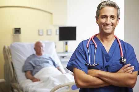 Retrato del doctor de sexo masculino con el paciente en el fondo Foto de archivo - 31021606